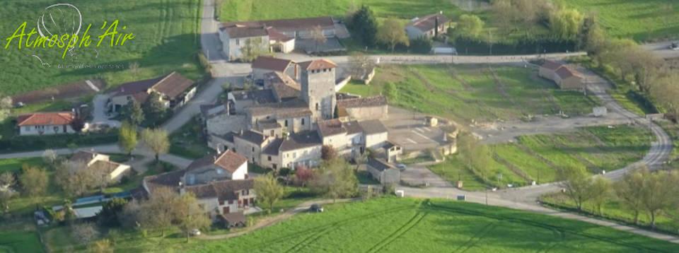 Vue aérienne de Sainte Croix dans le Tarn en montgolfière