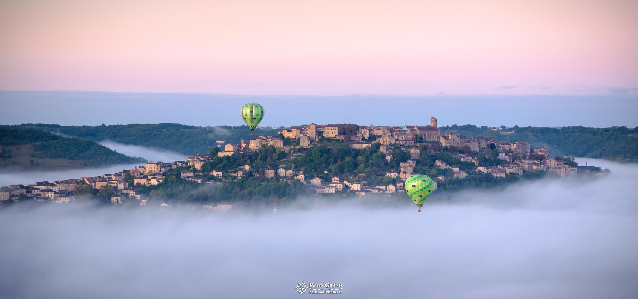 Décollage des montgolfières dans la brume de Cordes sur Ciel