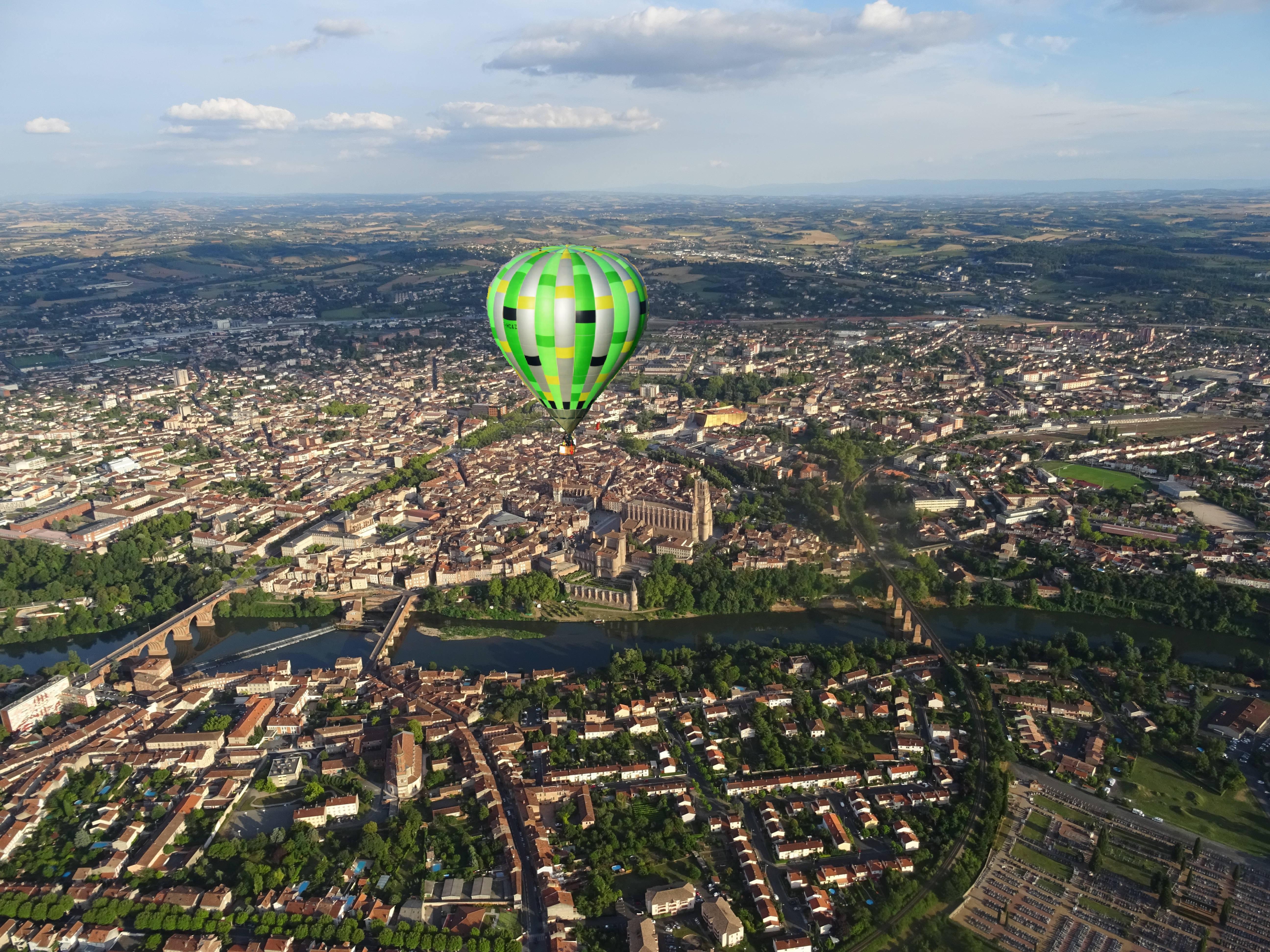 Traversée de la ville d'Albi en montgolfière