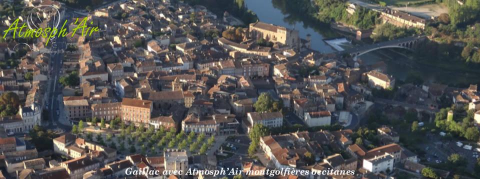 Vue aérienne du centre ville de Gaillac et de l'Eglise Saint Michel en montgolfière